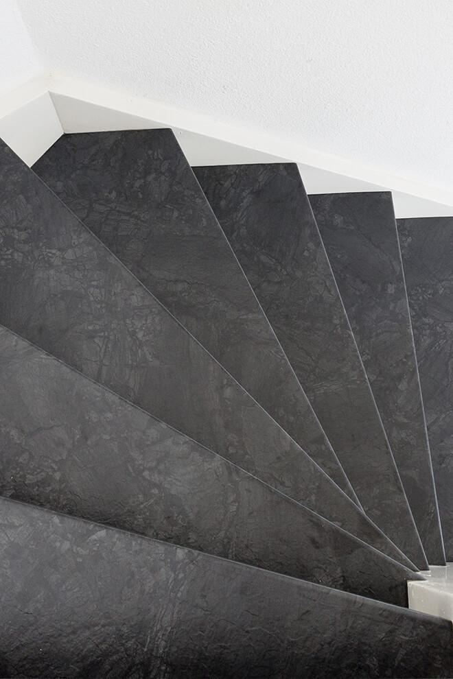 Traprenovatie - Werelds stijl - raja black - tredes